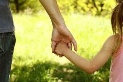 le-parent-tenant-la-main-d-un-petit-enfant-56310412.jpg